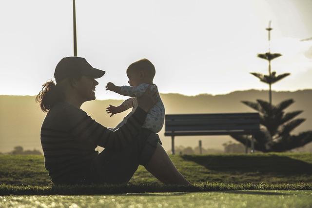 matka s dítětem na trávníku