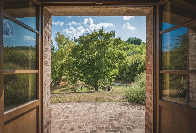 sklenené dvere otvorené smerom do záhrady.jpg