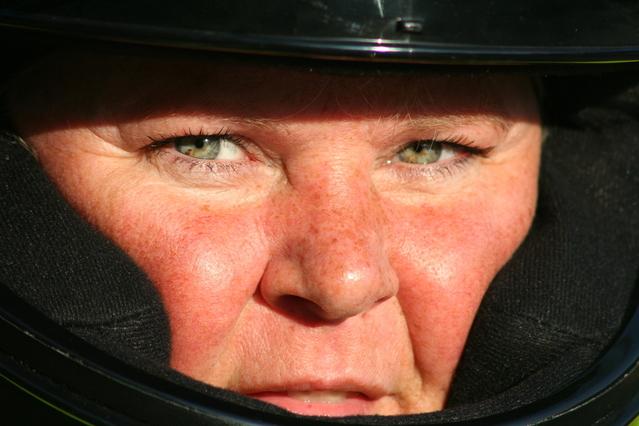 Tvár ženy s pehami v motocyklistickej prilbe