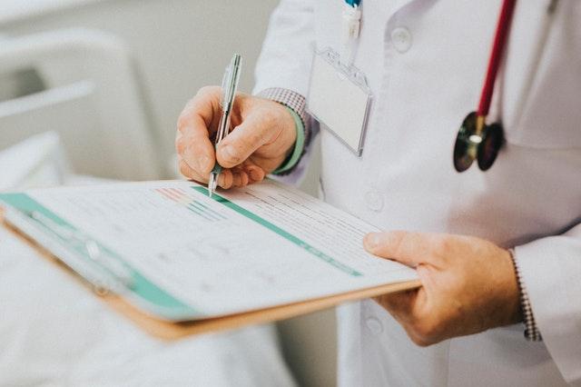 Doktor zapisuje výsledky do tlačív