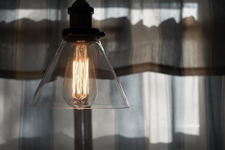 Lampa s preskleným tienidlom  a veľkou žiarovkou svietiacou teplým bielym svetlom