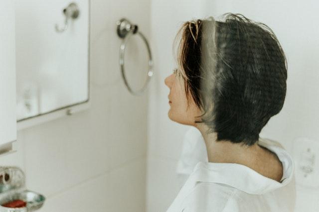 žena v sprchovom kúte