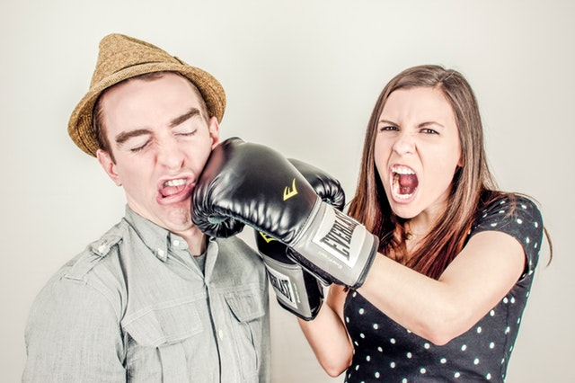 Žena v boxerských rukaviciach udiera muža do tváre.jpg